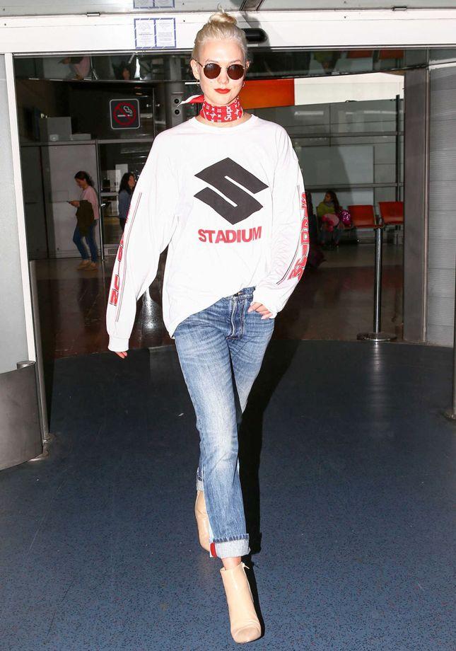 Карли Клосс в платке Louis Vuitton x Supreme в аэропорту Парижа