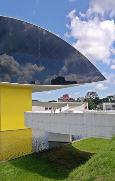Museu Oscar Niemeyer :: Curitiba, Brazil - Também conhecido como Museu do Olho devido ao desenho do edifício.  O museu se concentra no visual artes , arquitetura e desenho . Por sua grandiosidade, beleza e pela importância da coleção, que representa uma instituição cultural de importância internacional. O Museu  está dentro de um jardim projetado por Burle Marx.