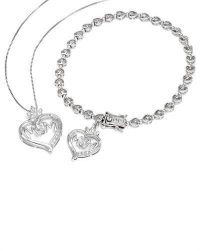 Lekkert smykkesett i 925 Sterling sølv til mor som inneholder kjede, anheng og armbånd. Smykkene er dekorert med Cubic Zirkonia og 1 liten diamant. #smykkesett #smykker #armbånd #kjede #anheng #hjerte #hjertesmykke #mammasmykke #mor #sølv #diamant #zirkonia #zendesign
