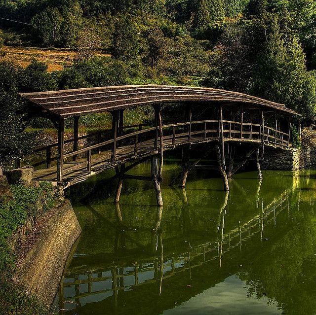 Bamboo bridge at Uchiko, Shikoku, Japan  |  Photo via Flickr, http://www.flickr.com/photos/futen/2911182810/