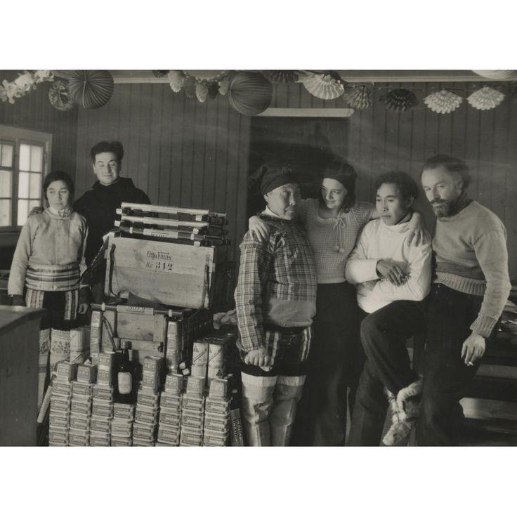S.O.S. Eisberg. Spielfilm - Dr. Fanck mit Mitarbeitern und Eskimos mitsamt Pumpernickelbestände. Original-Fotografie (1932).