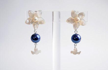 """Boucles d'oreilles à clip en nacre et perles de Majorque """"Oiseaux du soir""""  : Boucles d'oreille par clafoutisonline"""