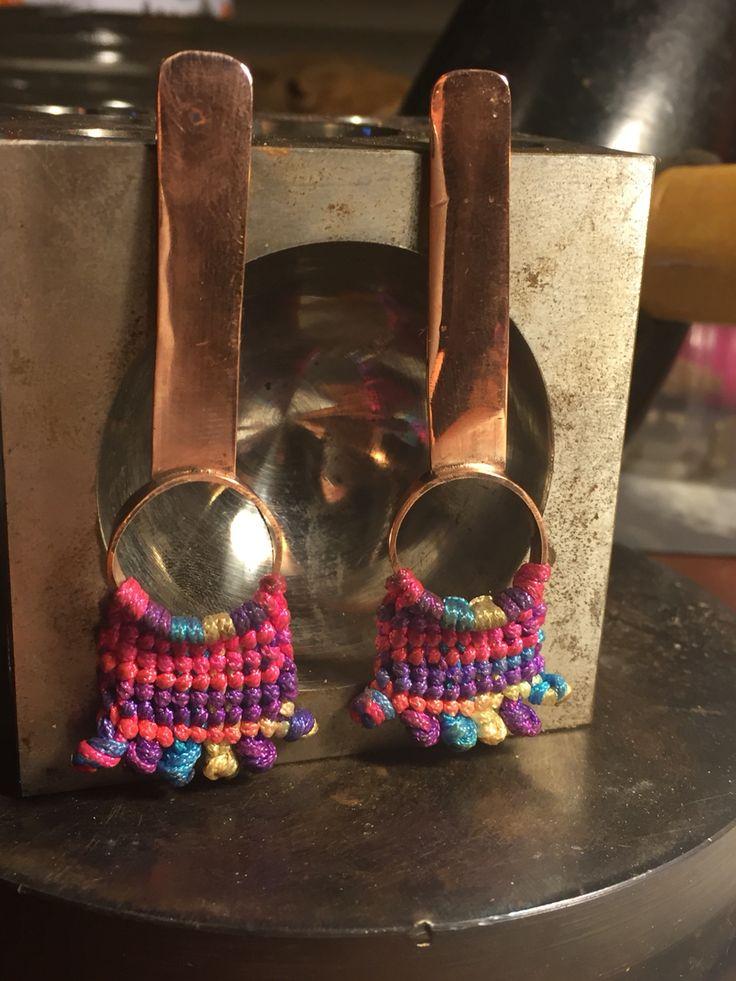 Aros cobre + tejido macramé !  Diseño Taller de Orfebrería Mays.