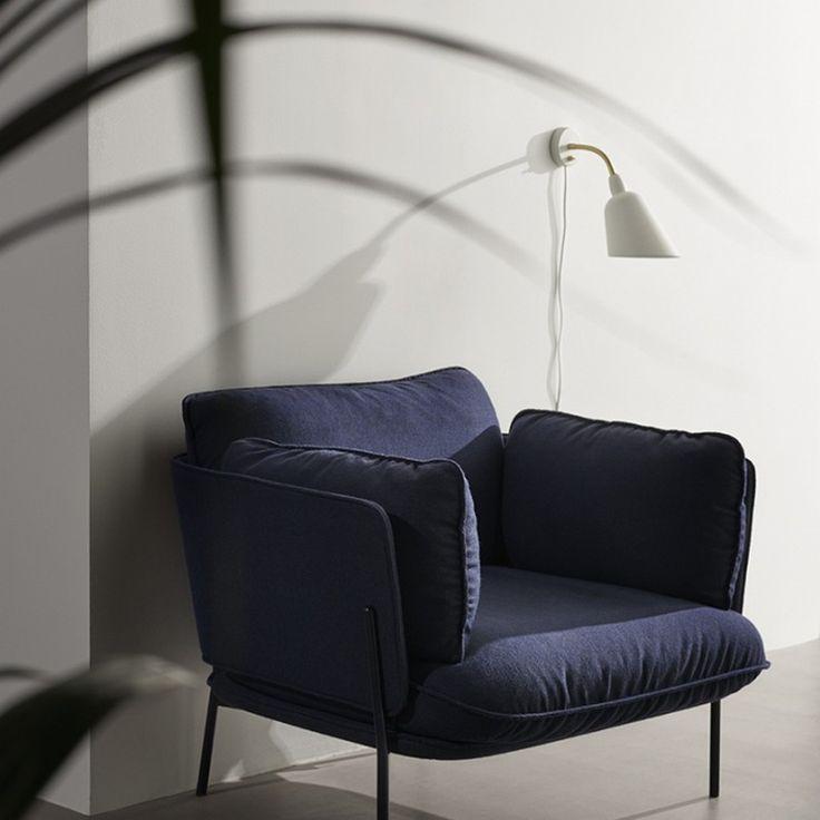 Déclinée en trois modèles (lampadaire, lampe de bureau et applique murale), cette série est chique et élégante. &Tradition a revisité les couleurs de ce classique afin de le moderniser.