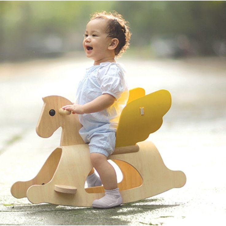 Laissez votre enfant s'envoler en toute sécurité sur le dos de ce Pégase à bascule de chez Plan Toys ! Ce jouet à bascule plaira beaucoup à votre enfant qui pourra se balancer d'avant en arrière sur ce splendide cheval en bois d'hévéa. Ce cheval à bascule dispose d'une selle, de repose-pieds et de deux ailes magnifiques qui, une fois attachées, deviennent un dossier réglable.
