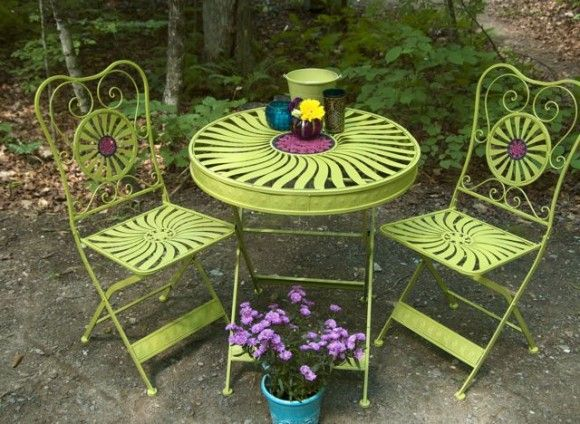 cute green metal bistro table and chairs from thesweetestoccasion.com