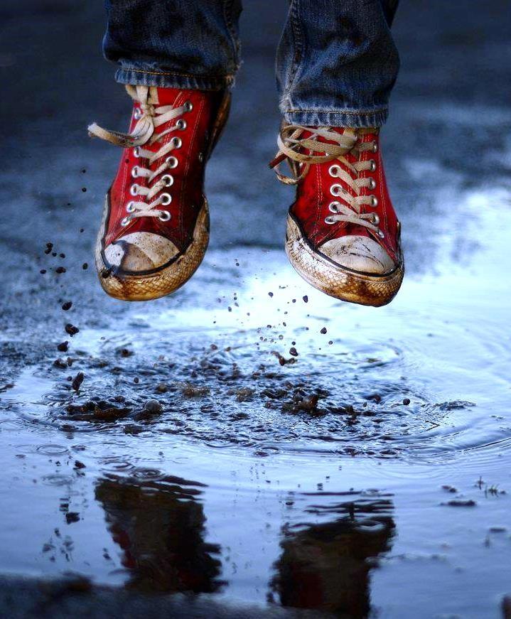 Red converse shoes puddle jumping Toni Kami ~•❤• Bébé •❤•~ Great photo shot