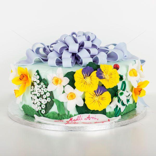 Tortul personalizat cu zeci de flori ale primaverii poate fi cu siguranta cel mai de efect cadou pe care il poti oferi doamnei/domnisoarei din viata ta.  Fiecare floare este lucrata individual, petalala cu petala si imbogatesc acest tort deosebit de elegant.   Pret/kilogram - 160 lei (include si manopera complexa pentru acest model)