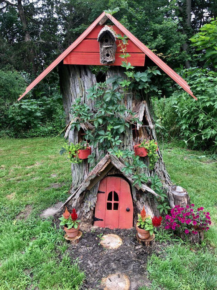 Hohlstumpf verwandelt in ein Märchenhaus aus recy…