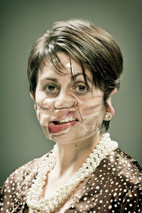 Scotch Tape - Persone con il volto deformato dallo scotch