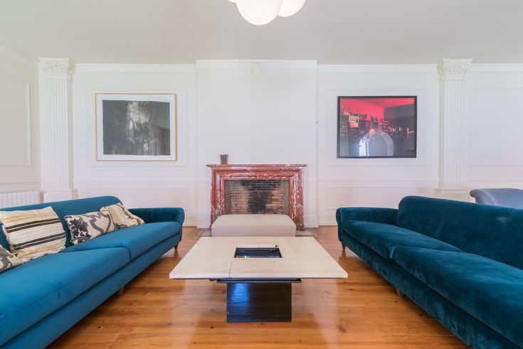 HomeLovers: living room with blue sofas