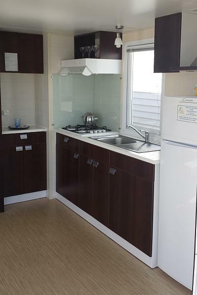 Κουζίνα με χαμηλά και ψηλά ντουλάπια, μεγάλο ψυγείο, θέρμανση, απορροφητήρα, κουζίνα με 4 εστίες γκαζιού, θερμοσίφωνο! Τροχοβίλες Γαλλίας O'Hara - Χατσόγλου www.trohovilla.gr