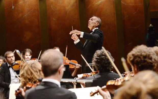 L'alfa e l'omega, i primi passi di una carriera fulminante e l'ultimo passaggio di un'altra straordinaria parabola creativa. Due caratteri tra loro distanti, altrettanti modi di intendere la musica, ricondotti a unità da un carattere distintivo comune: il genio. Per il suo grande ritorno al Festival di Salisburgo, Claudio Abbado sceglie il primo Mozart e lo Schubert maturo. Risultato? Quindici minuti di applausi al termine di un concerto entrato nella leggenda.