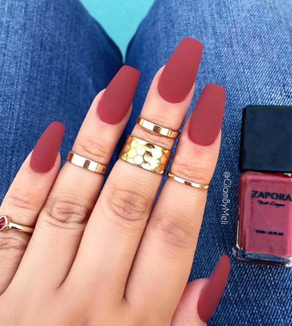 Matte colors on nails dominate for some time in beauty salons, so that it did not avoid this winter. News are the nail polish which when are dry have matte finish, and if you're a fan of artificial nails then only after the final layer of gel with buffer file the nail until it gets a matte tone.