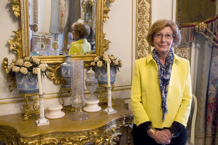"""Museo Cerralbo. Ángela (voluntaria) nos presenta su pieza favorita el """"Conjunto de pordelana de Wedgwood"""", en la Salita Imperio, Piso Principal"""