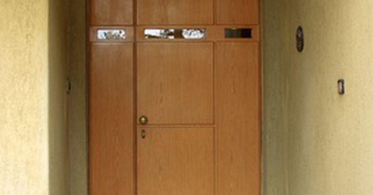 Como instalar portas de dobradiça pivô. Dobradiças pivotantes são um tipo de equipamento utilizado para instalar uma porta. Como são quase invisíveis na maioria delas, criam um visual limpo e elegante. O pivô transfere o peso de uma porta para suas partes superior e inferior, o que muitas vezes a torna mais fácil de operar do que se fosse fixada utilizando dobradiças. Este efeito ...