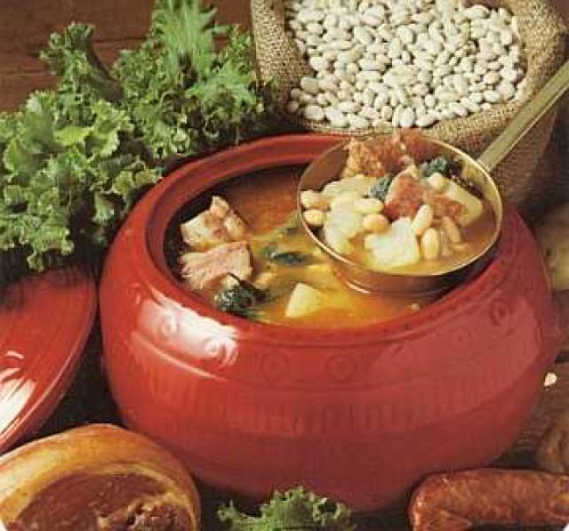 Caldo gallego (Galicia)      Esta sopa hecha con berzas, repollo, patata, habas y grasa de cerdo es el caldo más reconocible en tierras gallegas. La mezcla de hortalizas y cerdo es todo un deleite para nuestros sentidos.