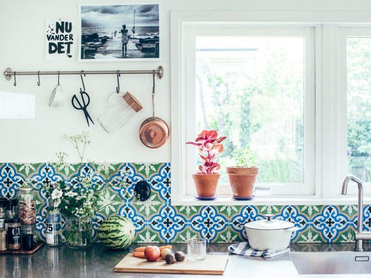 Boho i köket med Marrakech-mönstrat kakel och redskap på FINTORP stång. SENIOR gryta, APTITLIG skärbräda, GODKÄNNA vas. Kristin Lagerqvist, Krickelin, för IKEA Livet Hemma.
