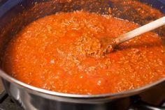 Na het proeven van deze zelfgemaakte tomaten-gehaktsaus (ook bekend als bolognesesaus) gebruik je nooit meer een pakje sausmix voor spaghetti of macaroni.