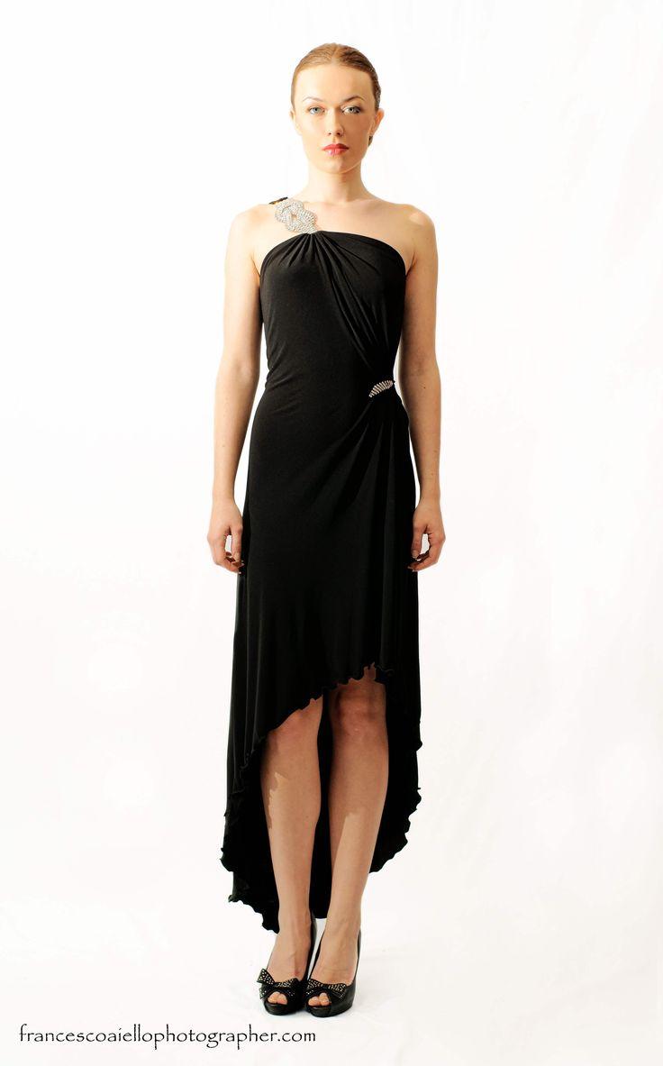 Te encantará al espalda de este vestido de fiesta largo negro con un solo tirante lateral. Fíjate en su apliques metálicos en hombro y cadera. 420€
