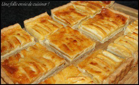 Voici la tarte aux pommes comme on l'aime à la maison! Les ingrédients (pour un moule rond de 28 cm ou rectangulaire de 30x20 cm): 1 pâte brisée sucrée 3 pommes 2 oeufs 200g de crème épaisse 30g de sucre semoule 30g de vergeoise blonde 1 càc de vanille...