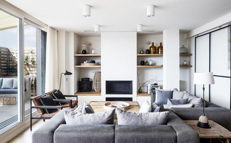 Situé dans un immeuble des années 1970 dans le quartier de Ensanche à Barcelone, cet appartement en dernière étage de 160 m2 en duplex, avec une terrasse, qui était autrefois dans un état délabré, a é