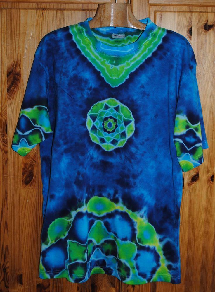 Triko+XXL+-+Překvapení+v+hlubině+Originální,+pánské,+batikované+tričko,+velikost+XXL.+116+cm+přes+prsa,+délka+78cm,+vysoká+gramáž+190g/m2.+Barveno+kvalitními+reaktivními+barvami,+praní+doporučuji+v+ruce+kvůli+možnému+zaprání+bílých+částí,+barvám+pračka+neublíží.+Možno+odebrat+a+vyzkoušet+v+Brně.