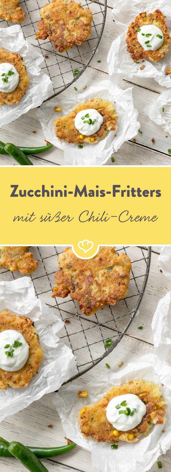 Neben Zucchini, Artischocke und Brie tummeln sich kleine Maiskörner in den goldbraun gebratenen Fritters. Passend dazu - die süßlich-scharfe Chili-Creme.