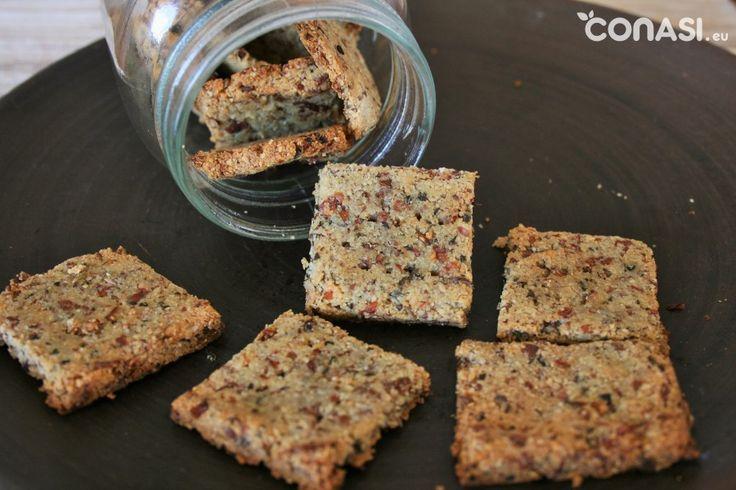 Crackers con pulpa de almendras, de leche vegetal hecha en casa