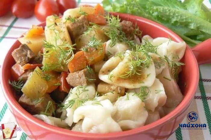 Манпар Ингредиенты 500 г говядины или баранины 1 ст ложка сахарного песка 50-60 г масла растительного 1 ст. ложка виноградного уксуса 5 луковиц 2-3 морковки 1 шт. редька 4 помидора 5 средних картофелин 2 стручка сладкого перца 1—2 лавровых листа 1 ч. ложка черного молотого перца 1 ч. ложки красного молотого перца 1 ч. ложка семян кинзы или 3 ст. ложки мелко нарезанной зелени кинзы, 1 ст. ложка зелени базилика 2-4 дольки чеснока 100 г томатной пасты Для галушек: 450 г муки чуть соли 3 ст.л…