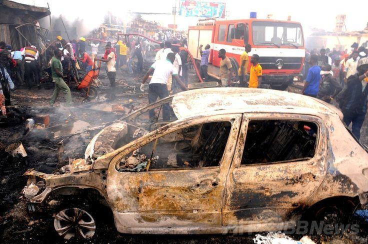 ナイジェリア中部プラトー(Plateau)州ジョス(Jos)で起きた爆発の現場で消火活動に当たる消防隊員ら(2014年5月20日撮影)。(c)AFP ▼21May2014AFP|ナイジェリア中部で車爆弾攻撃、118人死亡 56人負傷 http://www.afpbb.com/articles/-/3015440 #Jos #Nigeria