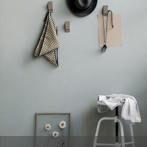 Schlichte Holzklemmen an der Wand und der gläserne Bilderrahmen davor – ein Stillleben, das in jeden Raum passt! Mehr auf roomido.com #roomido