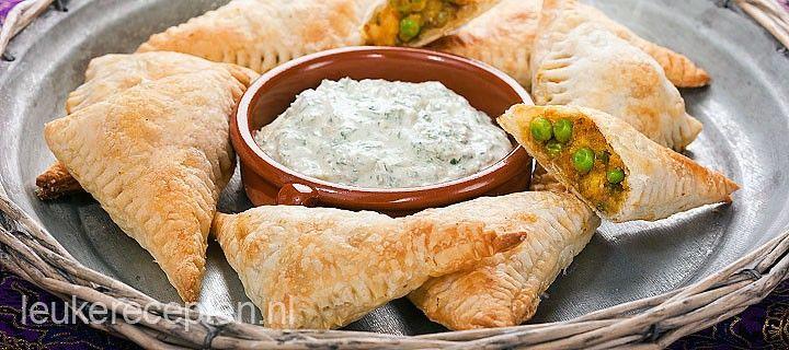 Lekker Indiaas voorgerecht of hapje gevuld met aardappel en erwtjes gemengd met een milde curry.