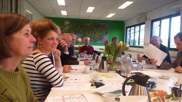 Bestuur bij elkaar om te proosten op het nieuwe programma voor 2014 Tulpen op tafel...Holland Tulpenland