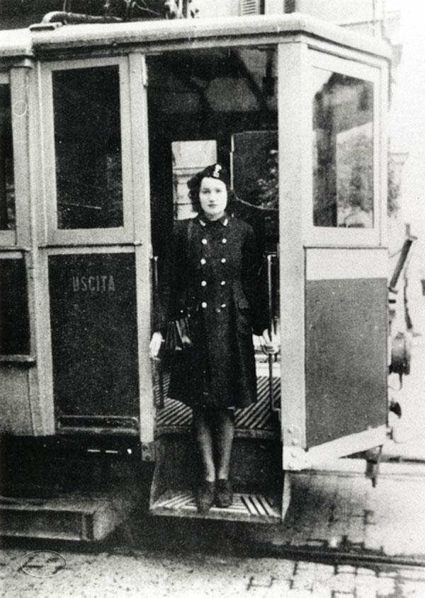 Mostra fotografica itinerante sulle donne tra antichi mestieri e nuovi rischi - Liguria La bigliettaia del tram. 1940 circa