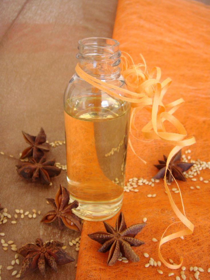 Cette huile de massage sensuelle aux huiles essentielles aphrodisiaques et à la senteur chaude et épicée s'applique sur l'ensemble du corps pour une relaxation et un éveil des sens assuré.
