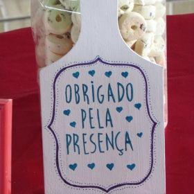 Um chá de panela lindo, todo vermelho, azul e branco, feito à mão pela noiva e sua mãe. A Elisane e o Vinícius realizaram o sonho de fazer uma festa com orçamento reduzido e deu super certo. Vem ver!