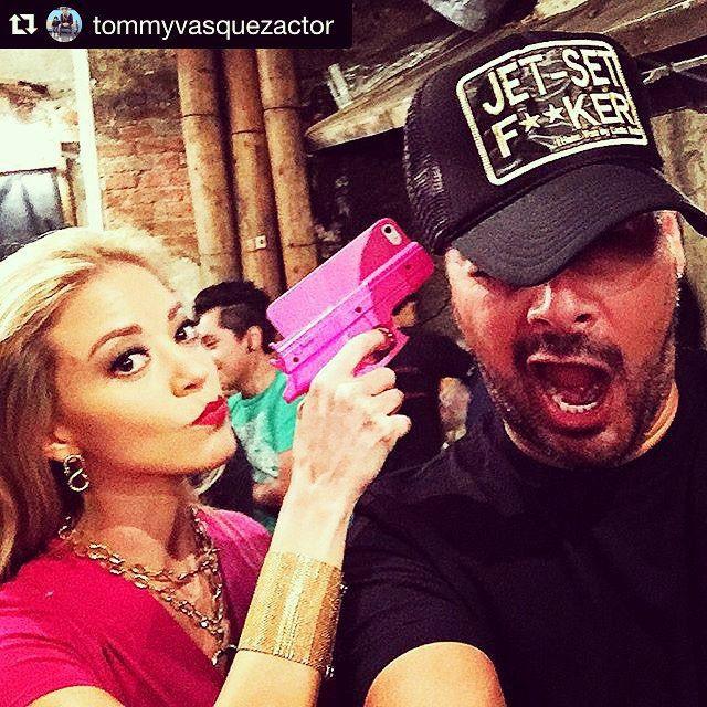 Hasta con pistola rosa soy letal  #Repost @tommyvasquezactor with @repostapp. ・・・ Q me han apuntado miles de veces, pero nunca con tanta actitud, ✌️.!!! #qnoparelafiesta #nonstop seguimos dándole a esto #Esdlc #esdlc2 #ESDLC3 #esdlc4 #eltijeras #monicarobles @fernandacga y este pechito les mandan saludos.!!!