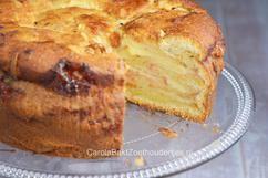 Deze Joodse appeltaart van Anne Shooter is heel hoog en opgebouwd uit drie lagen appel. Echt een toppertje uit haar boek Kaneel en Kardemom. En met dit recept kun jij het ook maken.