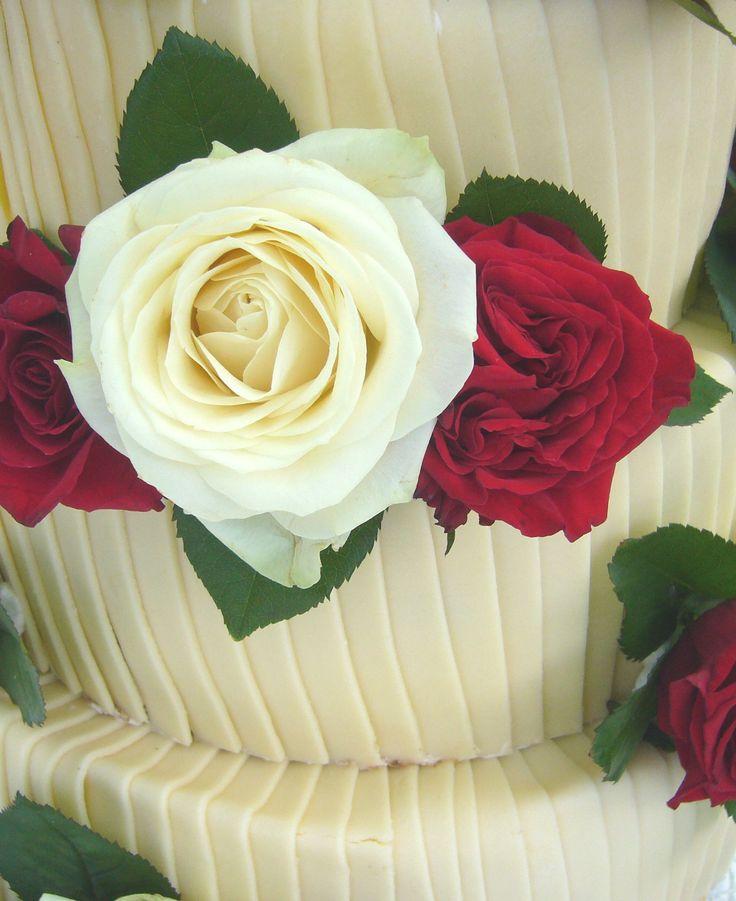 Hochzeitstorte mit weißem Schokoladen-Überzug und echten roten und weißen Rosen - Wedding cake with real roses covered with white chocolate - Heiraten am Riessersee in Garmisch-Partenkirchen - Wedding in Bavaria