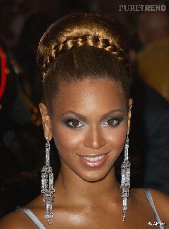 Beyoncé ose le maxi chignon haut qu'elle twiste avec une tresse façon headband pour un côté chic et glamour, simple mais sophistiqué.