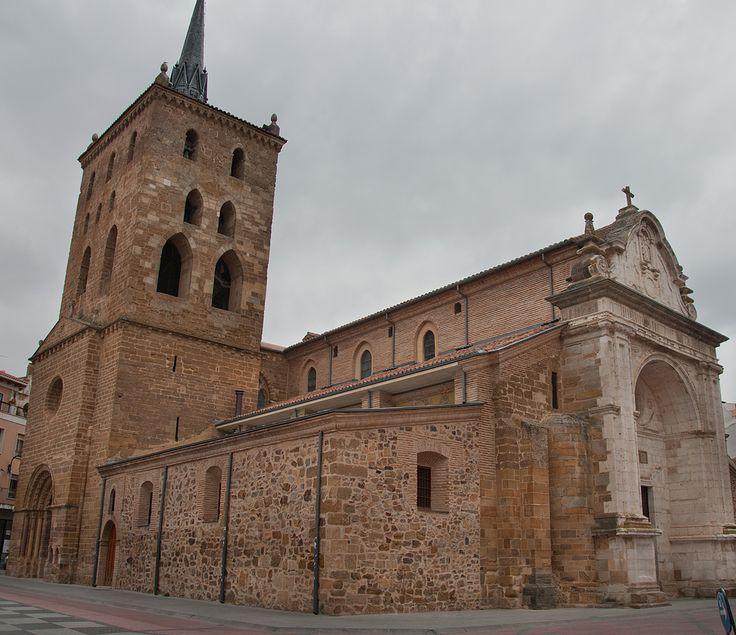 Iglesia de Santa María del Azogue (Benavente. Zamora). Tiene de planta de cruz latina de tres naves y largo crucero. La cabecera lleva cinco ábsides, siendo el central más grande a los últimos. Los pilares, aunque variados son de planta cruciforme.