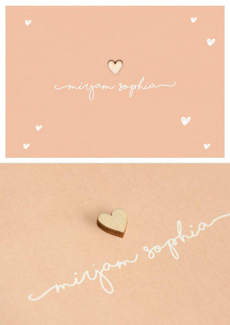 Lief rustiek geboortekaartje met een hartje van echt hout op de zachte kleur oud roze. De gebrootekaart is modern, strak en rustig, maar de doodle hartjes geven het een lief effect. Origineel en stijlvol door papier met linnen textuur | meisje | uniekkaartje.nl