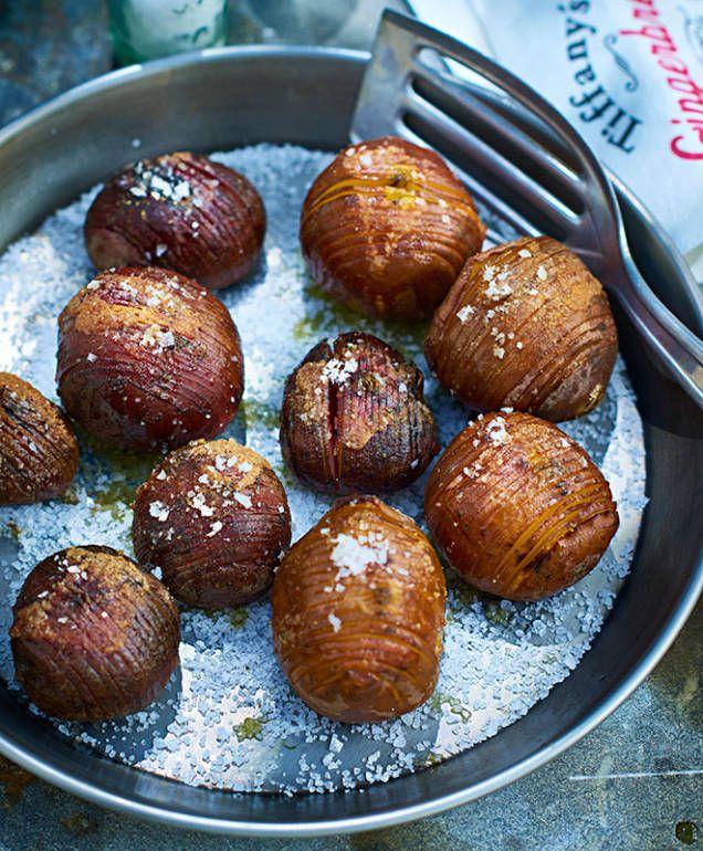 Klassikern hasselbackspotatis lagade med färgblandade betor i stället. Gott till lamm, kyckling eller fläskkött.