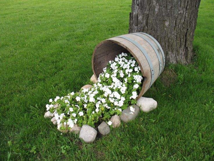 75 best images about spilling flowers on pinterest - Jardines pequenos con encanto ...