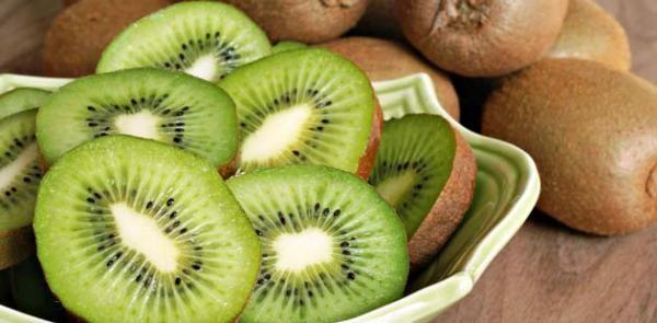 Como plantar Kiwi. O kiwi é uma fruta de origem chinesa e bem típica em climas temperados, com o seu sabor característico (entre amargo, ácido e azedo ninguém sabe qual tem mais destaque) possui mais vitamina C que a la...