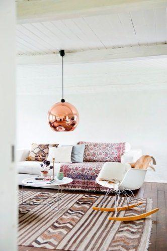 All those textiles together... very nice // Suspension bronze dans le salon
