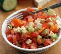 Frisk tomatsalat: Ingredienser 8 store tomater 1 stort bundt frisk basilikum 1 rødløg 1/3 agurk 1 nip paprika Evt. fetatern Havsalt Olivenolie