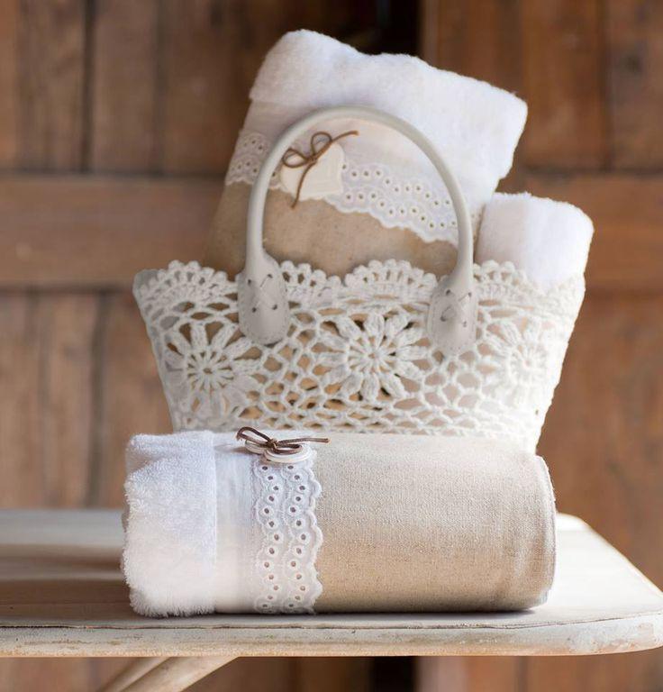 Porta tovaglie all'uncinetto e piccoli oggetti per un bagno stile Shabby