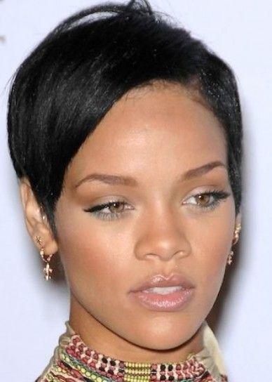 Rihanna capelli corti taglio uomo con riga laterale